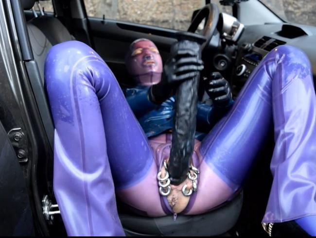 Latex Pierced Doll in transparenten Jeans, Strümpfen und Jacke Butt Pluged Pinkeln und masturbiert P4