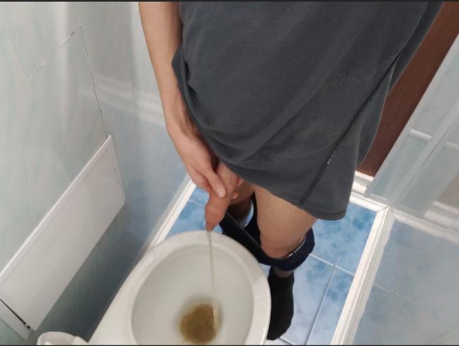mit großen ungeschnittenen Schwanzpisse in der Toilette