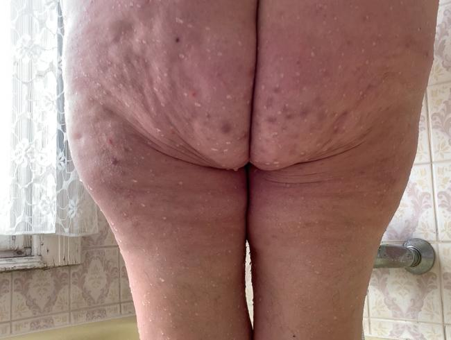 Erwischt! Mitbewohnerin pinkelt heimlich in der Badewanne